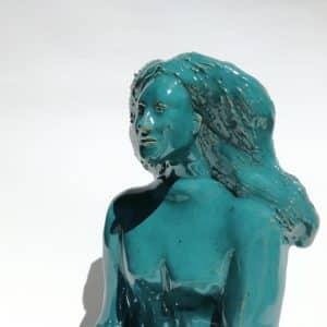 Modelage de femme émaillée en bleu