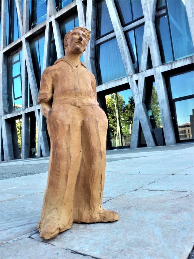 Modelage d'un homme en grès devant le Pavillon noir.